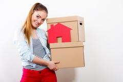 Γυναίκα που κινείται στο σπίτι με τα κιβώτια και το σπίτι εγγράφου στοκ φωτογραφίες με δικαίωμα ελεύθερης χρήσης