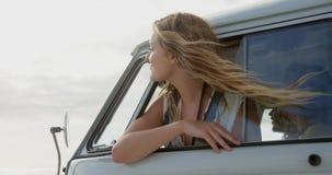 Γυναίκα που κοιτάζει από camper van window 4k απόθεμα βίντεο
