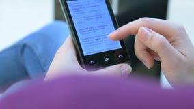 Γυναίκα που κοιτάζει βιαστικά σε Google στο κινητό τηλέφωνο απόθεμα βίντεο