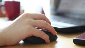 Γυναίκα που κοιτάζει βιαστικά στο interent ιστοχώρο φιλμ μικρού μήκους