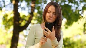 Γυναίκα που κοιτάζει βιαστικά στο smartphone απόθεμα βίντεο