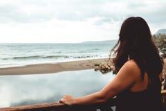 Γυναίκα που κοιτάζει επίμονα στη θάλασσα Στοκ Φωτογραφία