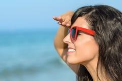 Γυναίκα που κοιτάζει και παραλία προσοχής Στοκ Εικόνες
