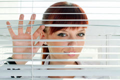 Γυναίκα που κοιτάζει μέσω μιας γρίλληας παραθύρου στοκ φωτογραφία με δικαίωμα ελεύθερης χρήσης
