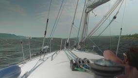 Γυναίκα που κοιτάζει προς τα εμπρός από την πλέοντας βάρκα κατά τη διάρκεια μιας θύελλας απόθεμα βίντεο
