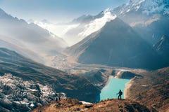 Γυναίκα που κοιτάζει στην κοιλάδα λιμνών και βουνών στοκ φωτογραφίες