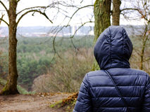 Γυναίκα που κοιτάζει στον ορίζοντα Στοκ φωτογραφία με δικαίωμα ελεύθερης χρήσης