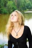 Γυναίκα που κοιτάζει στον ουρανό Στοκ Εικόνες