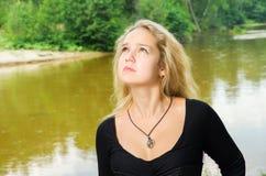 Γυναίκα που κοιτάζει στον ουρανό Στοκ Φωτογραφίες