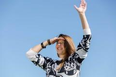 Γυναίκα που κοιτάζουν προς τα εμπρός και κύματα Στοκ εικόνες με δικαίωμα ελεύθερης χρήσης