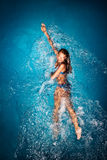 Γυναίκα που κολυμπά στη λίμνη Στοκ εικόνες με δικαίωμα ελεύθερης χρήσης