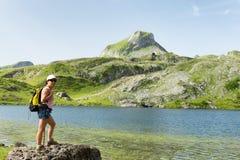 Γυναίκα που κοντά σε μια λίμνη βουνών Στοκ Φωτογραφία