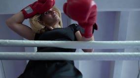 Γυναίκα που κουράζεται από την κατάρτιση και το άπαχο κρέας στα σχοινιά εγκιβωτίζοντας δαχτυλιδιών απόθεμα βίντεο