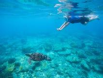 Γυναίκα που κολυμπά με αναπνευτήρα με την πράσινη υποβρύχια φωτογραφία χελωνών Στοκ Εικόνα