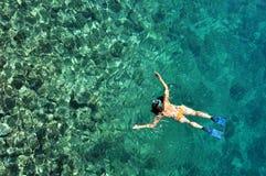 Γυναίκα που κολυμπά με αναπνευτήρα Phi Phi στο νησί, Phuket, Ταϊλάνδη Στοκ εικόνες με δικαίωμα ελεύθερης χρήσης