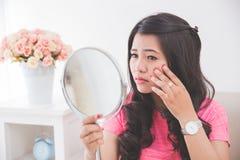 Γυναίκα που κρατά έναν καθρέφτη Στοκ φωτογραφία με δικαίωμα ελεύθερης χρήσης