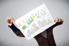 Γυναίκα που κρατά ένα έγγραφο με τα διαγράμματα και τη εικονική παράσταση πόλης μπροστά από την Στοκ Εικόνες
