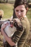 Γυναίκα που κρατά ένα αρνί, μια ζωικός-αγάπη και μια ζωική προστασία Στοκ φωτογραφία με δικαίωμα ελεύθερης χρήσης