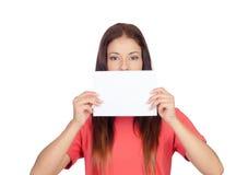 Γυναίκα που κρατά ένα κενό έγγραφο που καλύπτει το στόμα της Στοκ φωτογραφίες με δικαίωμα ελεύθερης χρήσης