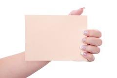 Γυναίκα που κρατά ένα κενό έγγραφο στα χέρια της Στοκ Φωτογραφίες