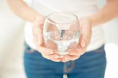 Γυναίκα που κρατά ένα ποτήρι του καθαρού νερού Στοκ εικόνα με δικαίωμα ελεύθερης χρήσης