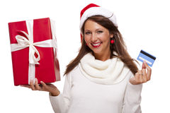 Γυναίκα που κρατά ένα δώρο Χριστουγέννων και μια τραπεζική κάρτα Στοκ Φωτογραφία