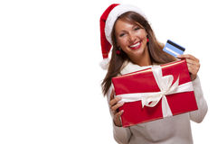 Γυναίκα που κρατά ένα δώρο Χριστουγέννων και μια τραπεζική κάρτα Στοκ φωτογραφία με δικαίωμα ελεύθερης χρήσης