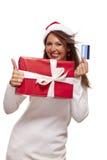 Γυναίκα που κρατά ένα δώρο Χριστουγέννων και μια τραπεζική κάρτα Στοκ Εικόνα