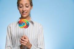 Γυναίκα που κρατά ένα lollipop Στοκ Φωτογραφίες