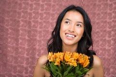 Γυναίκα που κρατά μια δέσμη των λουλουδιών Στοκ φωτογραφία με δικαίωμα ελεύθερης χρήσης