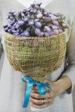 Γυναίκα που κρατά μια ανθοδέσμη των λουλουδιών την ημέρα του βαλεντίνου στοκ εικόνα με δικαίωμα ελεύθερης χρήσης