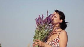 γυναίκα που κρατά μια ανθοδέσμη των wildflowers απόθεμα βίντεο