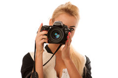 Γυναίκα που κρατά μια κάμερα που παίρνει τις φωτογραφίες που απομονώνονται πέρα από το άσπρο backgro Στοκ φωτογραφία με δικαίωμα ελεύθερης χρήσης
