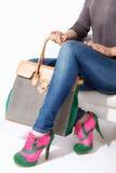 Γυναίκα που κρατά μια μεγάλη τσάντα μόδας στοκ φωτογραφία με δικαίωμα ελεύθερης χρήσης
