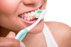 Γυναίκα που κρατά μια οδοντόβουρτσα Στοκ Φωτογραφίες