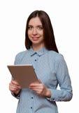Γυναίκα που κρατά μια ταμπλέτα και ένα χαμόγελο Στοκ Εικόνες