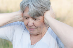 Γυναίκα που κρατά τα αυτιά της κλεισμένα Στοκ Εικόνα