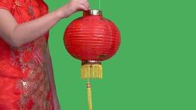 Γυναίκα που κρατά τα κινεζικά νέα φανάρια έτους στην πράσινη οθόνη απόθεμα βίντεο