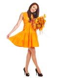 Γυναίκα που κρατά τα πορτοκαλιά φύλλα. Στοκ εικόνα με δικαίωμα ελεύθερης χρήσης