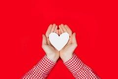 Γυναίκα που κρατά την άσπρη καρδιά στο κόκκινο Στοκ φωτογραφίες με δικαίωμα ελεύθερης χρήσης
