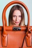 Γυναίκα που κρατά την καφετιά τσάντα δέρματος Στοκ φωτογραφία με δικαίωμα ελεύθερης χρήσης