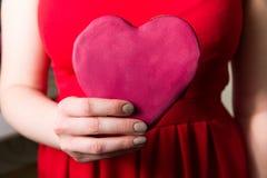 Γυναίκα που κρατά την κόκκινη καρδιά αγάπης διαθέσιμη, κινηματογράφηση σε πρώτο πλάνο δώρων ημέρας βαλεντίνων στοκ εικόνα με δικαίωμα ελεύθερης χρήσης