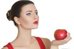 Γυναίκα που κρατά τη σκούρο κόκκινο Apple κατανάλωση υγιής Στοκ Εικόνες