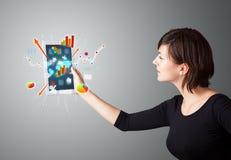 Γυναίκα που κρατά τη σύγχρονη ταμπλέτα με τα ζωηρόχρωμες διαγράμματα και τις γραφικές παραστάσεις στοκ εικόνα με δικαίωμα ελεύθερης χρήσης