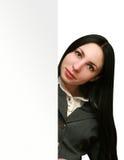 Γυναίκα που κρατά τον κενό πίνακα διαφημίσεων Στοκ εικόνες με δικαίωμα ελεύθερης χρήσης