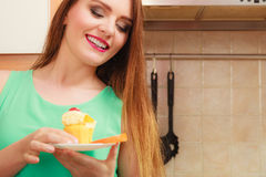 Γυναίκα που κρατά το εύγευστο γλυκό κέικ gluttony Στοκ Εικόνα