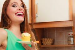 Γυναίκα που κρατά το εύγευστο γλυκό κέικ gluttony Στοκ φωτογραφία με δικαίωμα ελεύθερης χρήσης