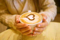 Γυναίκα που κρατά το καυτό φλιτζάνι του καφέ στοκ εικόνα με δικαίωμα ελεύθερης χρήσης