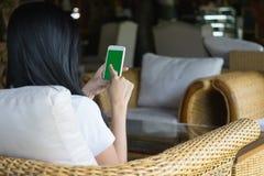 Γυναίκα που κρατά το κινητό έξυπνο τηλέφωνο με την πράσινη οθόνη, εκλεκτικά FO Στοκ Εικόνα