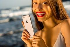 Γυναίκα που κρατά το νέο iPhone 6s Στοκ Εικόνες